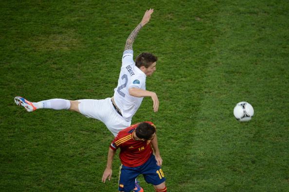 Французский полузащитник Матье Дебюши (слева) борется за мяч с испанским защитником Хорди Альба во время четвертьфинального матча Испании против Франции 23июня 2012года в Донецке. Фото: JEFF PACHOUD/AFP/Getty Images