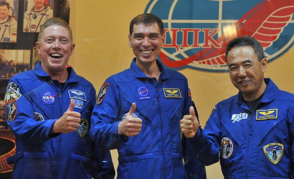 Космонавты (слева направо) Майкл Фоссум, Сергей Волков и Сатоши Фурукава на предполетной пресс-конференции. Фото: VYACHESLAV OSELEDKO/AFP/Getty Images