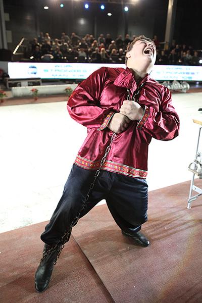 Дмитрий Халаджи разрывает цепь во время Всемирного фестиваля богатырской силы 19 декабря 2010 года в Киеве. Фото: Владимир Бородин/The Epoch Times Украина
