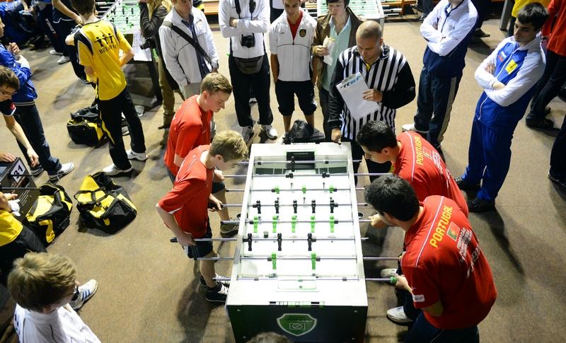 Нант, Франция, 4 января. Команды Германии (слева) и Португалии участвуют в международных соревнованиях по настольному футболу. Фото: DAMIEN MEYER/AFP/Getty Images
