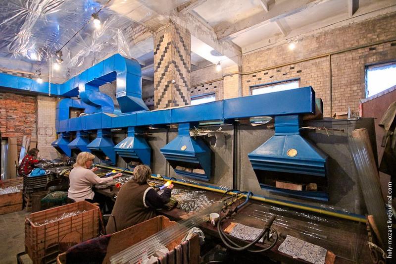 За смену стеклодув может изготовить до 200 шаров диаметром 80 мм. Высший пилотаж — шар диаметром 120 мм, который под силу сделать лишь немногим на фабрике. Фото: holy-mozart.livejournal.com