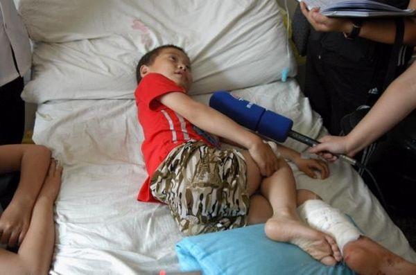 Ученик средней школы, раненый полицейскими. Фото с aboluowang.com