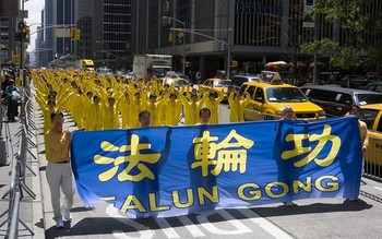 Участники шествия демонстрируют упражнений Фалуньгун. Нью-Йорк. 6 июня 2009 год. Фото: Ли Юань/The Epoch Times