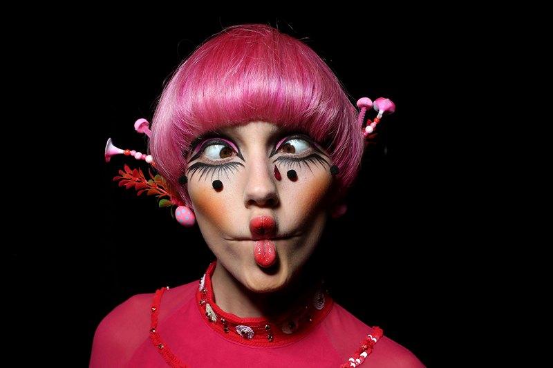 Сидней, Австралия, 8 апреля. Модель демонстрирует красочный макияж на показе «Рождение романтики», проводимой в рамках недели моды Mercedes-Benz Fashion Week. Фото: Brendon Thorne/Getty Images