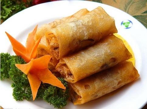 Найпопулярніші страви китайської кухні: №6. Весняні рулетики (фаршировані млинчики) (Spring Rolls) — страва кантонської кухні. Начинка зазвичай складається з овочів, м'яса або креветок.