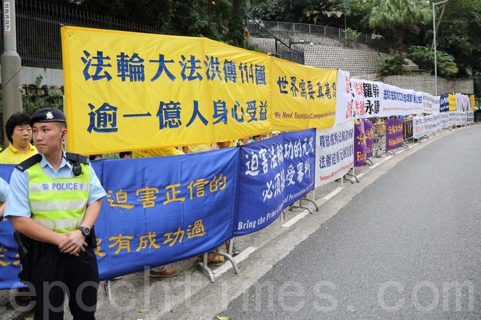 Сторонники Фалуньгун призывают китайского лидера Ху Цзиньтао прекратить репрессии своих единомышленников в КНР. Фото: Великая Эпоха