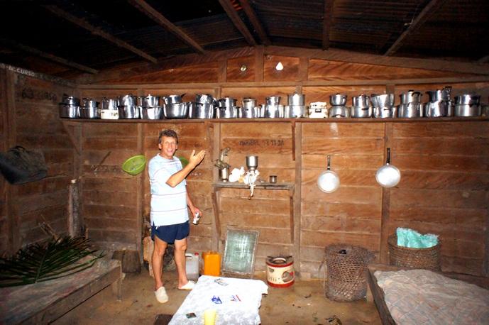 Їдальня, кухонне приладдя, начищене до блиску. Фото: Олександр Африканець