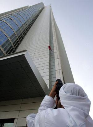 Прохожий снизу фотографирует это вызывающее трепет зрелище. Фото: STR/AFP