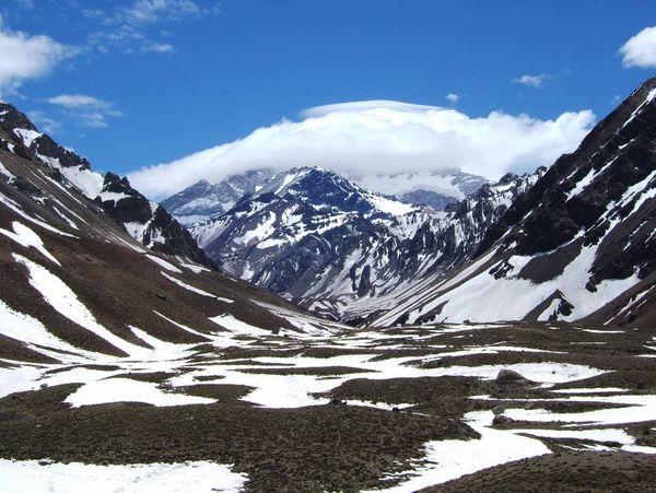 Пік Аконкагуа, 6959 метрів заввишки, розташований в області Лас Ерас (всього за 180 км. від міста Мендоси, де влаштовуються екскурсії на гору Альта Монтана (Висока Гора).