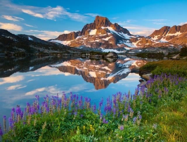 Пик Баннер (хребет Сьерра-Невада) и его отражение в водах «Озера тысячи островов», штат Калифорния. Фото: Ben Babusis/outdoorphotographer.com
