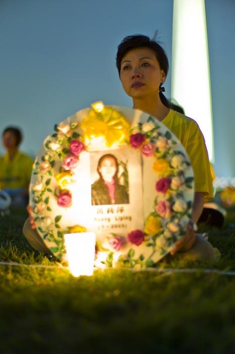 Церемония с зажжёнными свечами у монумента Вашингтона. Фото с сайта ru-enlightenment.org