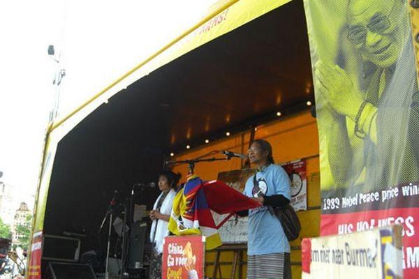 Выступление председателя голландской организации «Международная поддержка Тибету» Цзян Ба.Фото: С сайта «Свободная Бирма»