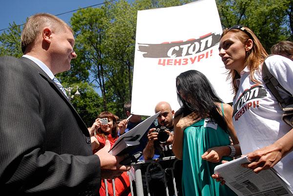 Украинские журналисты передают обращение к премьер министру. Фото: Владимир Бородин/The Epoch Times