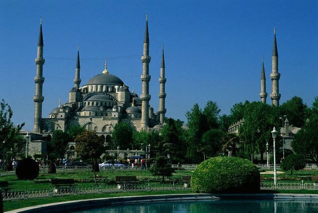 Одной из главнейших причин, повлиявших выбор места для строительства этой мечети, явилась ее близость с дворцом Топкапы. Фото: adriyatik.com