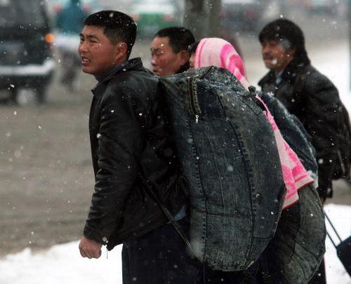 Вокзал города Нанкин 26 января 2008г. Люди, бывшие на заработках, хотят вернуться домой на Новый год. Фото: China Photos/Getty Images