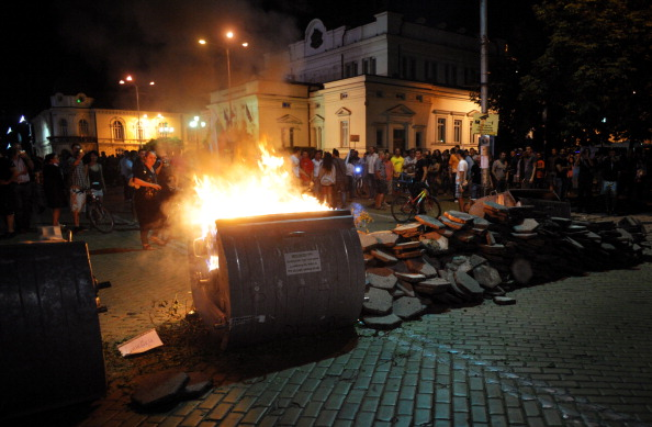 Нічна акція протесту в Софії, Болгарія. Фото: NIKOLAY DOYCHINOV/AFP/Getty Images
