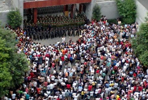 Возмущенные люди собрались напротив здания администрации префектуры. Фото: С сайта epochtimes.com
