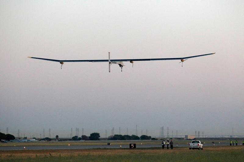 Маунтін-В'ю, США, 3 травня. Пілотований Бертраном Пікардом літак «Сонячний імпульс», який працює на сонячній енергії, вирушив у свій перший випробувальний політ. Фото: Beck Diefenbach/Getty Images