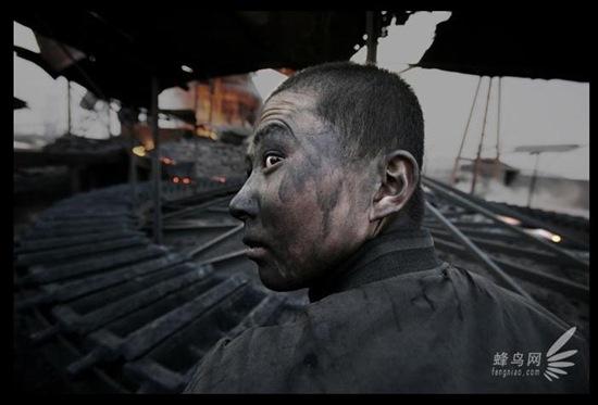 Из-за плохих условий работы большинство трудовых мигрантов, приехавших из бедных районов, через 1-2 года заболевают запылением лёгких. 10 апреля 2005 год. Фото: Лу Гуан