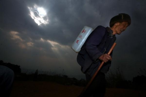Каждый день Лю проходит много километров по горным дорогам в поисках воды. Фото с aboluowang.com