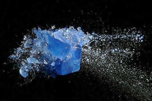Разбивающийся выстрелом из винтовки кубик синего льда. Фото с epochtimes.com