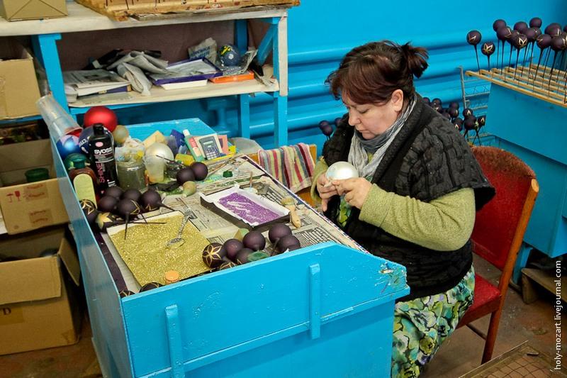 Игрушки готовы, да не совсем. Нужно ещё удалить стеклянную «ножку», и лишь тогда игрушки можно отправлять в магазин при фабрике. Фото: holy-mozart.livejournal.com