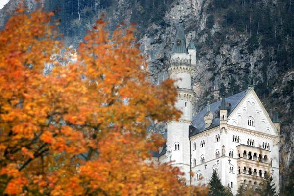Замок Нойшванштайн расположен среди покрытых снегом альпийских вершин в Германии. Фото: JOHANNES SIMON/AFP/Getty Images