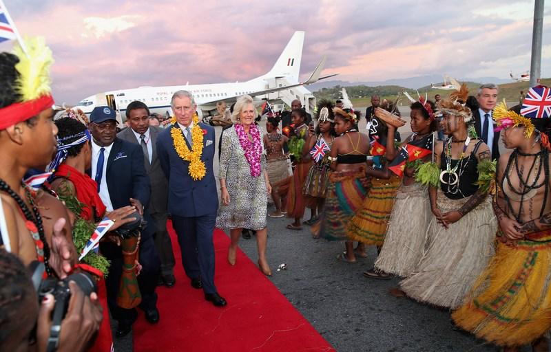 Порт-Морсби, Папуа — Новая Гвинея, 3 ноября. Жители столицы встречают принца Чарльза с супругой Камиллой в международном аэропорту им. Джексона. Фото: Chris Jackson/Getty Images