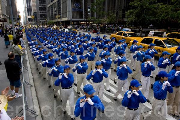 Шествие возглавил «Небесный оркестр». Нью-Йорк. 6 июня 2009 год. Фото: Ли Юань/The Epoch Times
