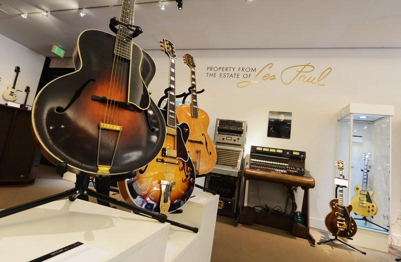 Лос-Анджелес, США, 29травня. Колекція гітар та музичних інструментів Леса Пола, музиканта-віртуоза і одного з винахідників електрогітари, виставлені на аукціон. Фото: Kevork Djansezian/Getty Images