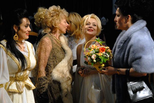 Украинский модельер Голда Виноградская (вторая справа) в окружении дам после персонального показа коллекции весна-лето 2010. Фото: Владимир Бородин/The Epoch Times