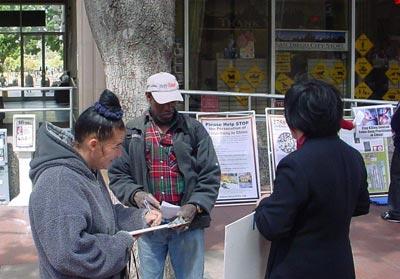 Перехожі ставлять підписи у звертанні до уряду про невідкладне розслідування фактів, що відбуваються в Суцзятунь. Фото: The Epoch Times