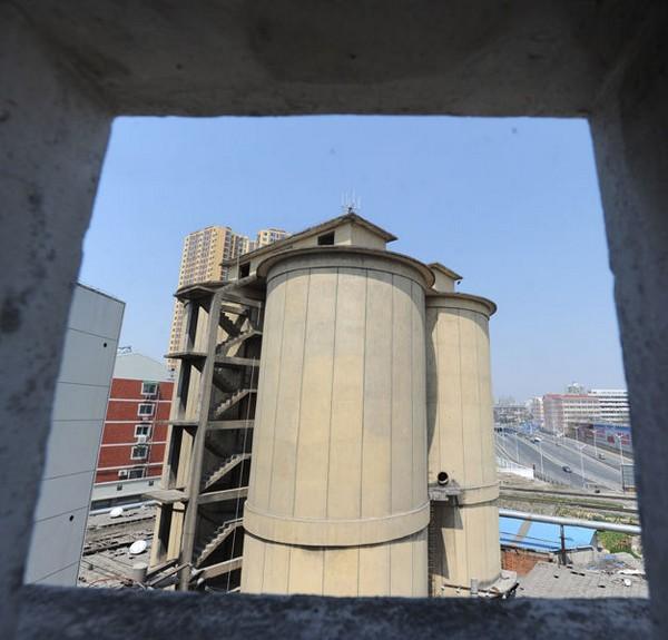 Бывший цементный завод, в котором поселились более 50 семей. Город Хэфэй. Март 2011 год. Фото с aboluowang.com