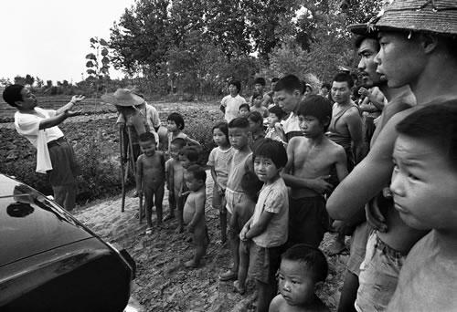 Автомобиль застрял на сельской дороге, никто из крестьян не хочет помогать его вытащить. Фото с epochtimes.com
