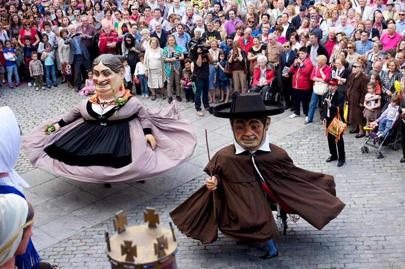 Мадрид, Іспанія, 10 травня. Величезні ляльки, виготовлені у Бургосі, танцюють на Пласа-де-да-Вілья під час свята на честь покровителя міста святого Ісидора. Фото: Juan Naharro Gimenez/Getty Images