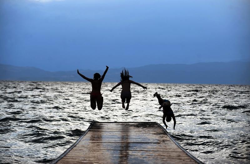 Охридське озеро, Македонія, 12 липня. На Балкани прийшла 40-градусна спека. Фото: ROBERT ATANASOVSKI/AFP/GettyImages