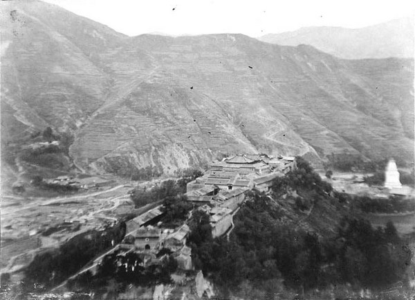Ламаистский монастырь в горах Утайшань. Фото: William Purdom