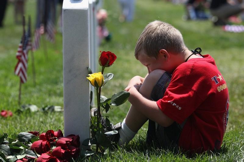 Арлингтон, США, 28 мая. Дети погибших в ходе локальных конфликтов военнослужащих почтили День памяти на местном Национальном кладбище. Фото: John Moore/Getty Images