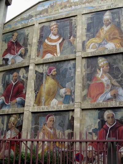 Портреты девяти пап Авиньёна на стене здания: Климент V - Бенедикт XIII, 1305-1423 г. Фото: Ирина Лаврентьева/Великая Эпоха