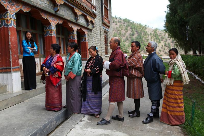Тхимпху, Бутан, 23 апреля. Жители столицы стоят в очереди на участке голосования. Страна второй раз за свою историю избирает парламент. Фото: David Owen/AFP/Getty Images
