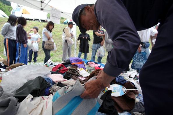Распределение пожертвованной одежды на благотворительном мероприятии в г. Отсучи, префектура Иватэ. Фото: Kiyoshi Ota/Getty Images