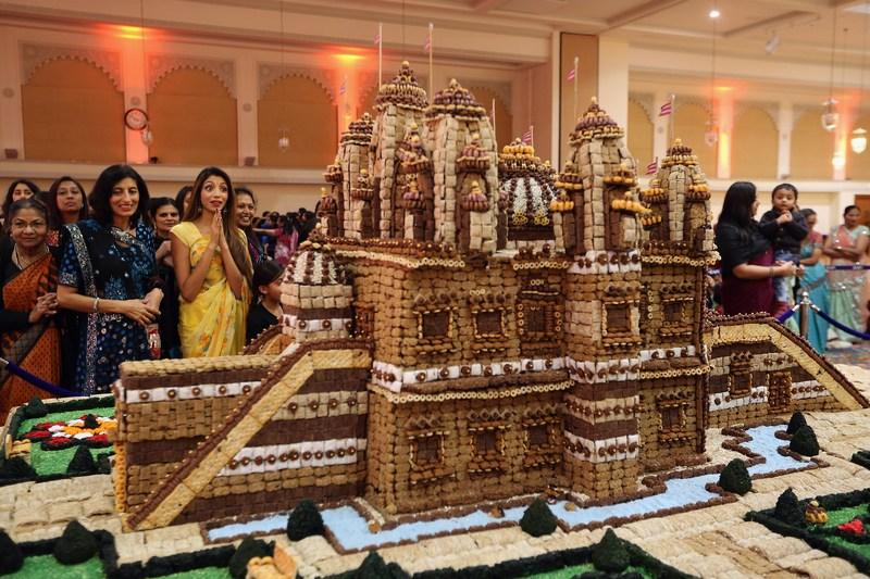 Лондон, Англія, 14листопада. До свята Дівалі (фестиваля вогнів) в індуїстському храмі Шрі Свамінарайянан представили їстівний храм. Фото: Dan Kitwood/Getty Images