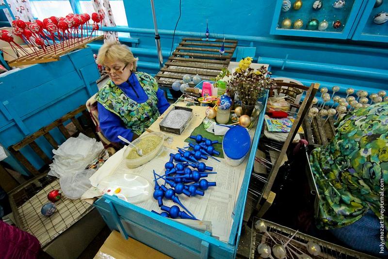 На этом участке мастерица покрывает украшения золотистой и серебряной присыпками. Фото: holy-mozart.livejournal.com