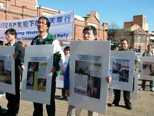 Участники акции держат фото пыток, применяемых к последователям Фалуньгун в Китае. 27 июля. Сидней (Австралия). Фото: Ло Я/The Epoch Times