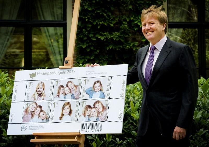 Вилла «Эйкенхорст», Вассенар, Нидерланды, 25 сентября. Кронпринц Виллем-Александр демонстрирует эскизы почтовых марок с портретами дочерей-принцесс Амалии, Алексии и Арианы. Фото: ROBIN UTRECHT/AFP/GettyImages