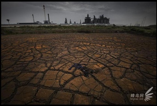 Загрязнённая почва между заводом и рекой Янцзы. Город Мааньшань провинции Аньхой. 26 июня 2009 год. Фото: Лу Гуан