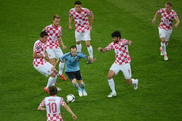 Андрэс Иньеста (Испания) в борьбе с шестью хорватскими футболистами, 18июня, Польша. Фото: PATRIK STOLLARZ/AFP/Getty Images