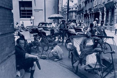 Водители трёхколёсных велосипедов ожидают клиентов. Шанхай. Май 1948 год. Фото с aboluowang.com