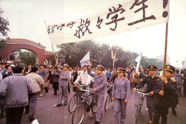 Надпись на плакате: «Судьи призывают спасать студентов!». Голодовка студентов в знак