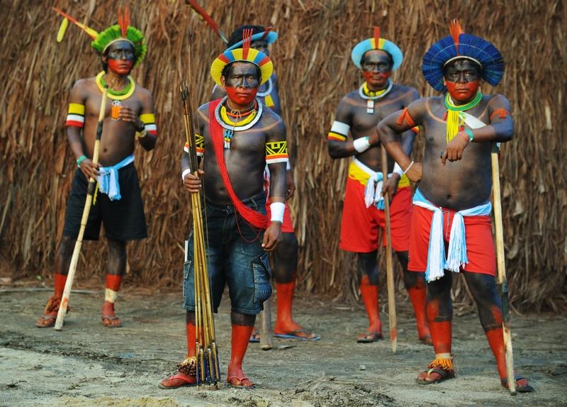 Карі-Ока, Бразилія, 14 червня. Індіанці племені кайапо готуються до участі в конференції ООН «Ріо +20», присвяченої справедливому використанню ресурсів планети. Фото: ANTONIO SCORZA/AFP/Getty Images